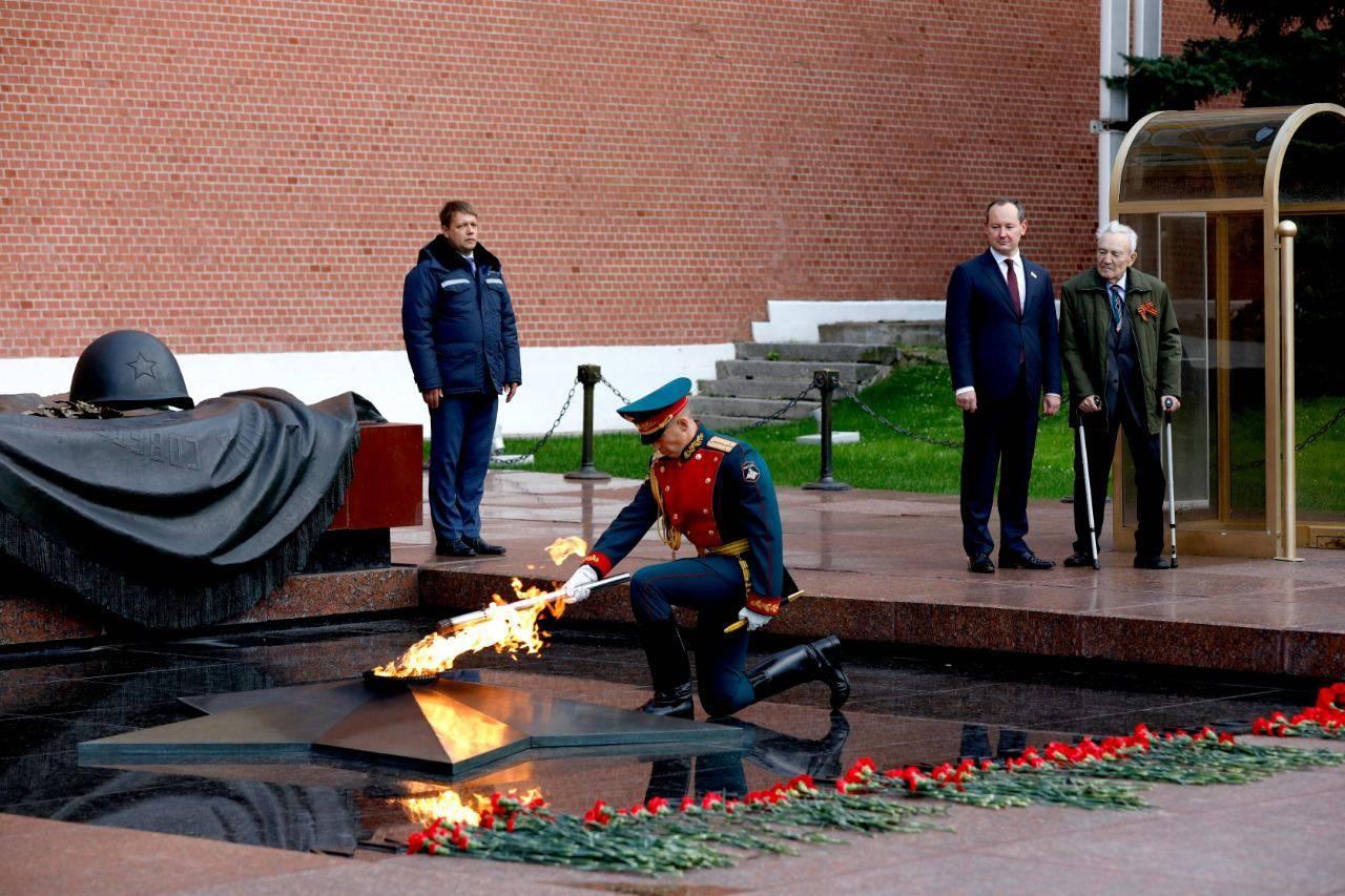 Вечный огонь отправился от стен Кремля на мемориал героев-энергетиков