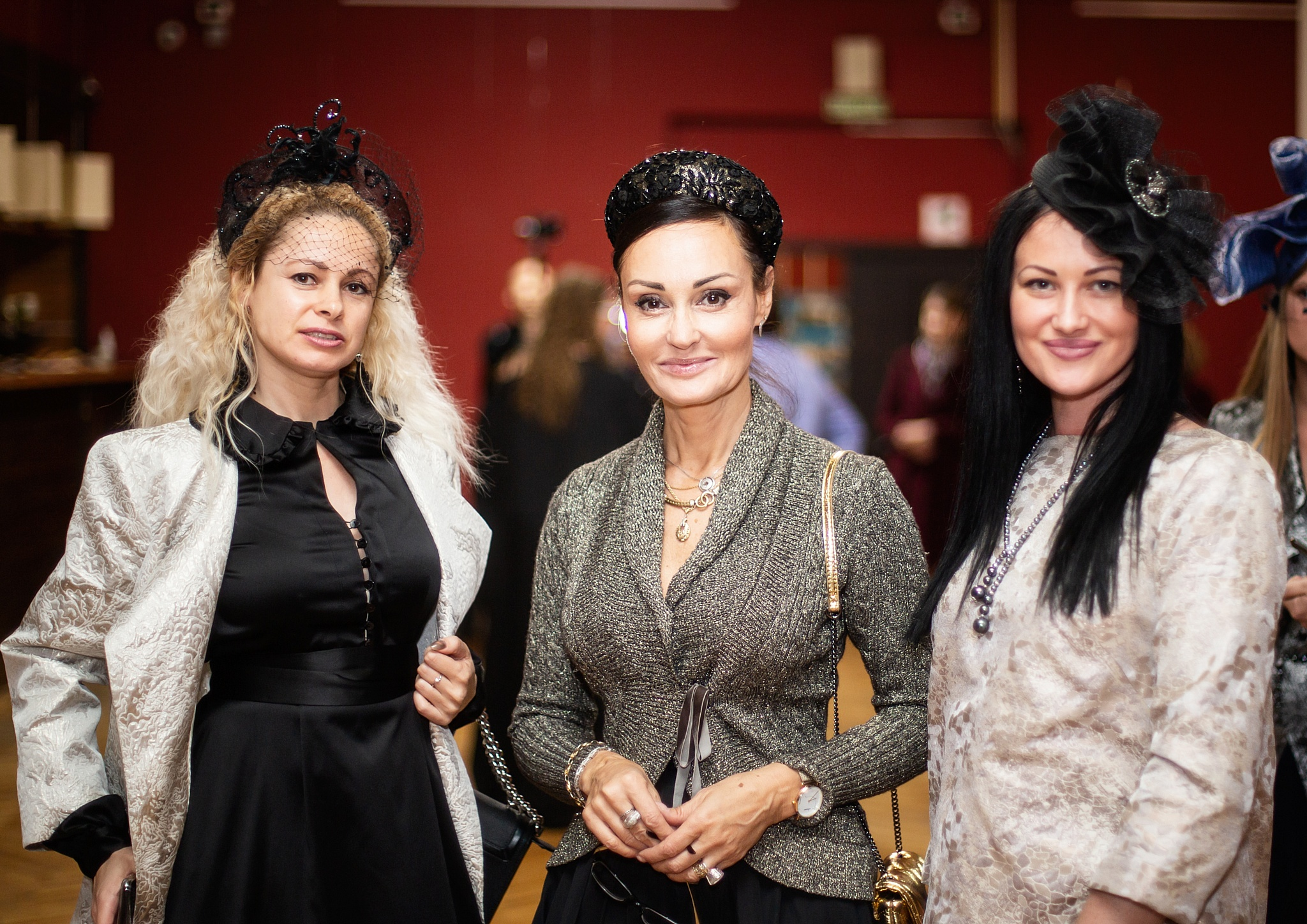 Модели Людмила Дювэн и Екатрина Боброва, дизайнер головных уборов Светлана Кварта (в центре)