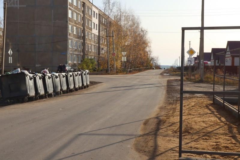 В Мордовии мусорные баки в селе Атемар перенесли от дорожного знака
