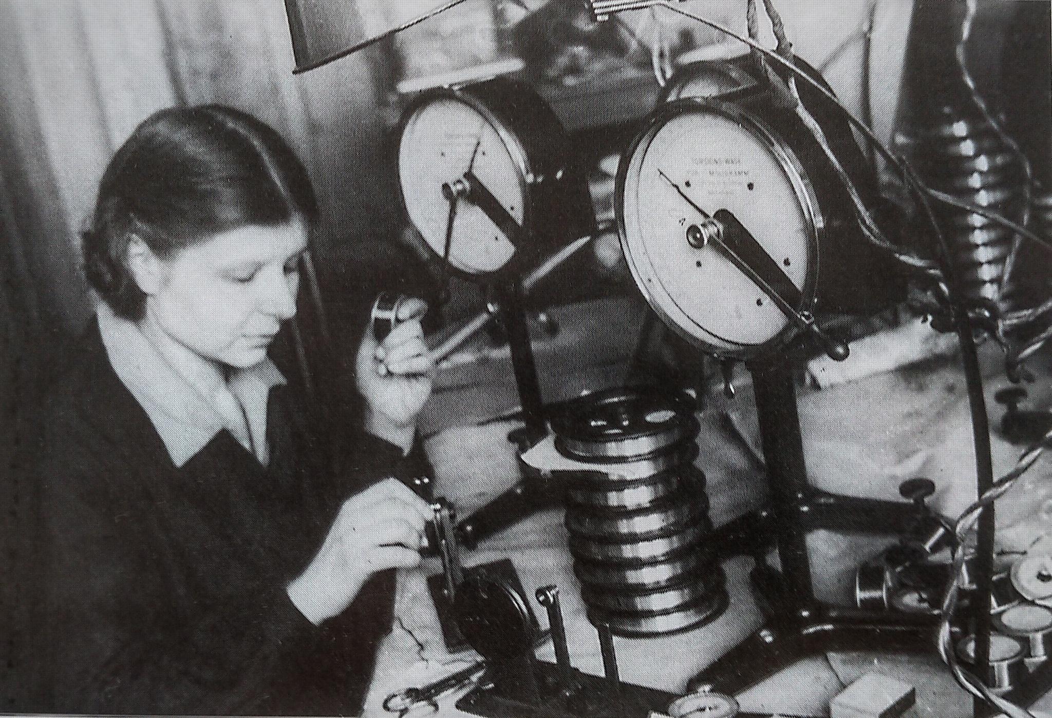 Вольфрамовый отдел Электрозавода. Работница проверяет качество вольфрамовой нити. Москва, начало 1930-х г.г. (РГАКФД).