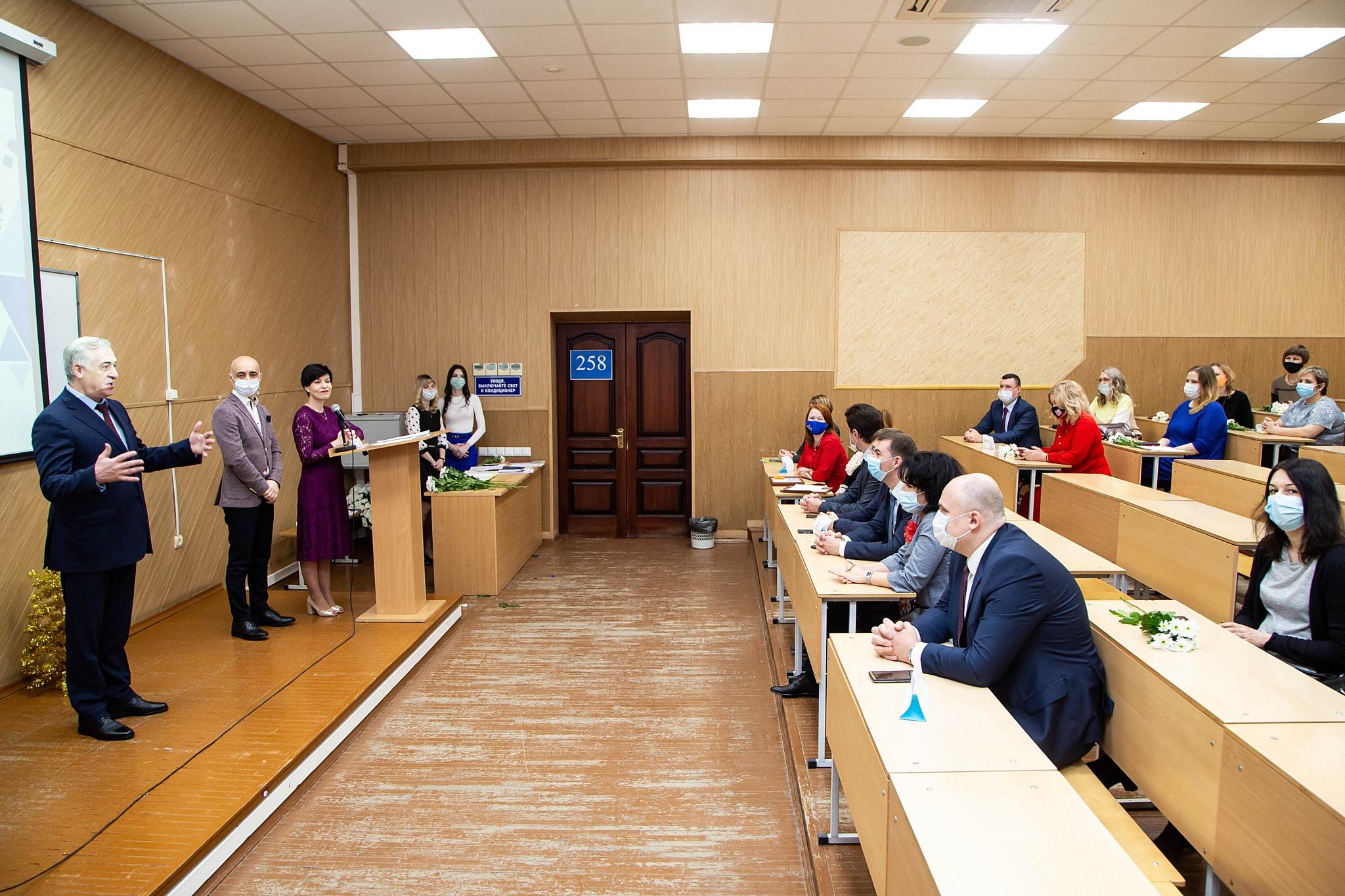 Более половины выпускников магистратуры УрГЭУ — краснодипломники