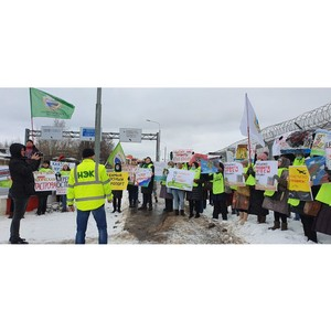Протестующие выстроились живой цепью возле аэропорта Шереметьево