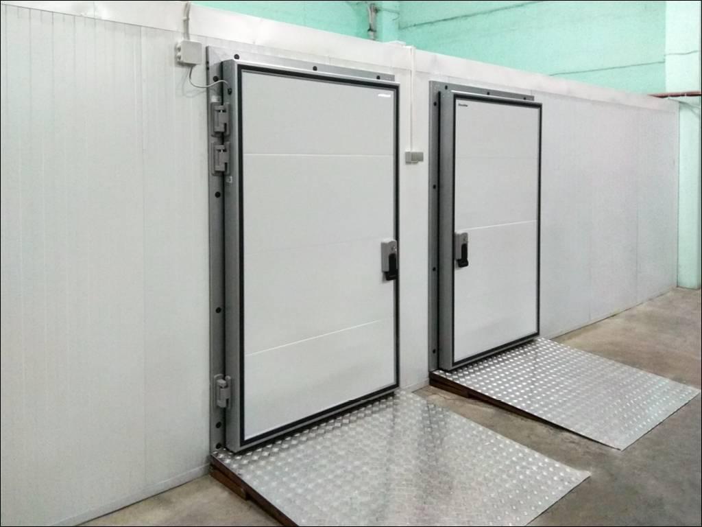 Распашные двери, установленные в морозильной камере