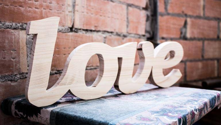 Слова и буквы из дерева на праздник