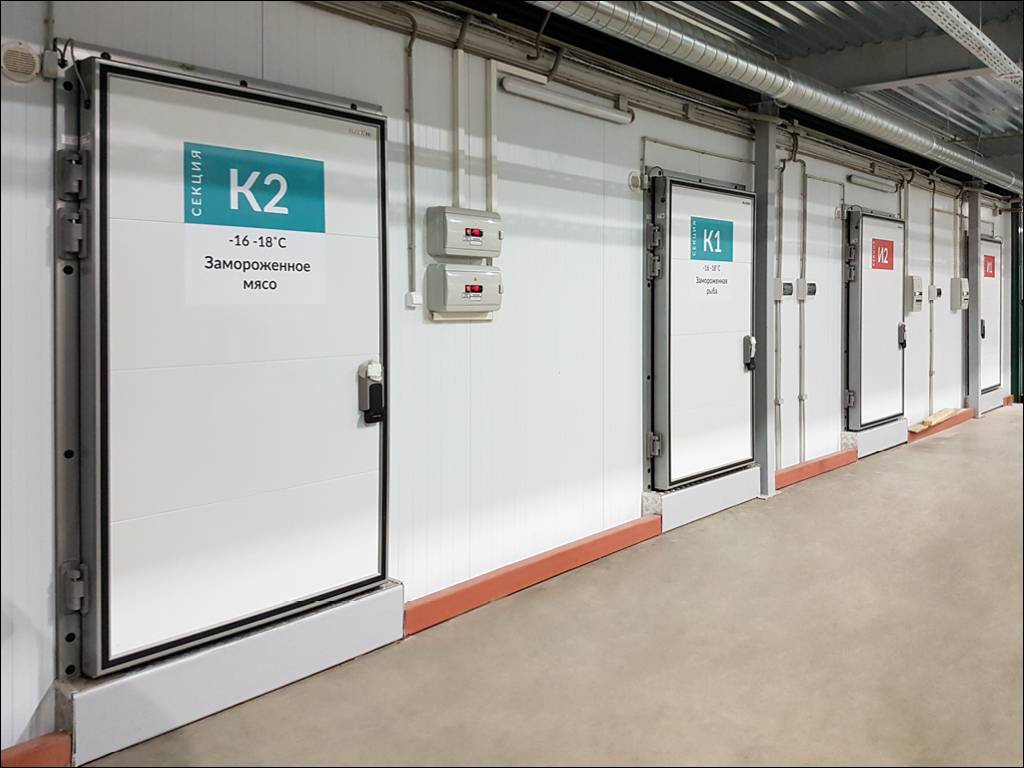 Распашные двери для охлаждаемых помещений на пищевом складе