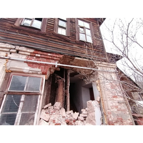 Обрушившаяся стена в доме в Котельниче оставила людей без уборной