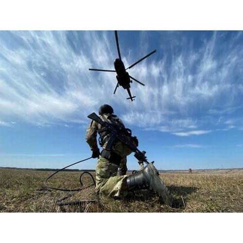 В Чувашии спецназ Росгвардии отработал беспарашютное десантирование