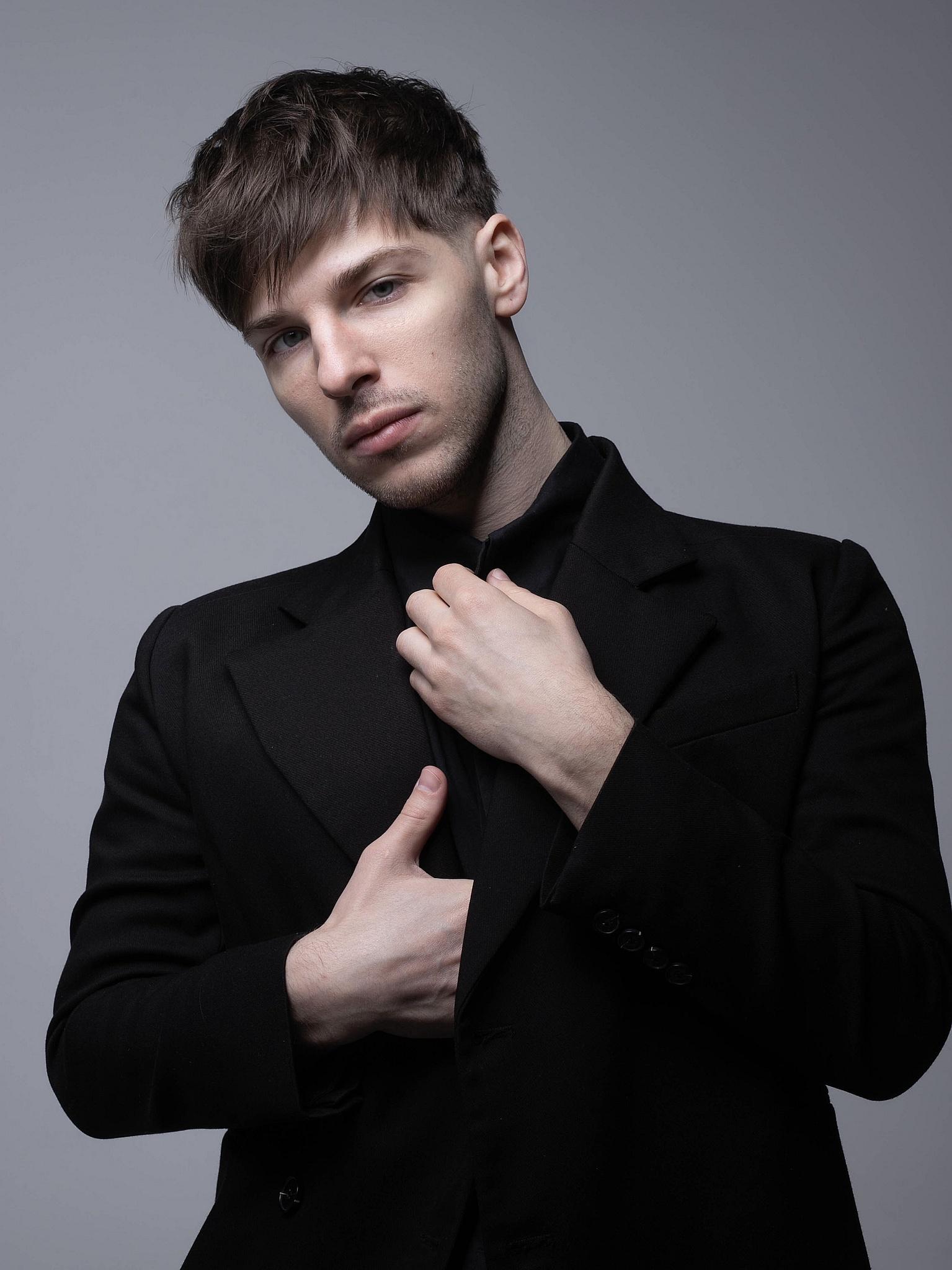 Автор и исполнитель Александр Эгромжан выпустил новую песню «Люби»