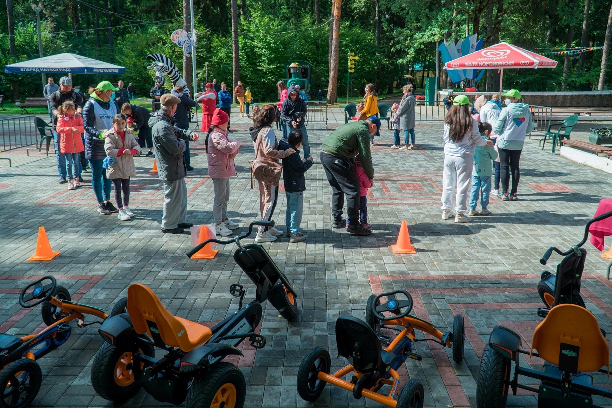 «Стальное дерево» оборудовало детский автогородок новыми веломобилями
