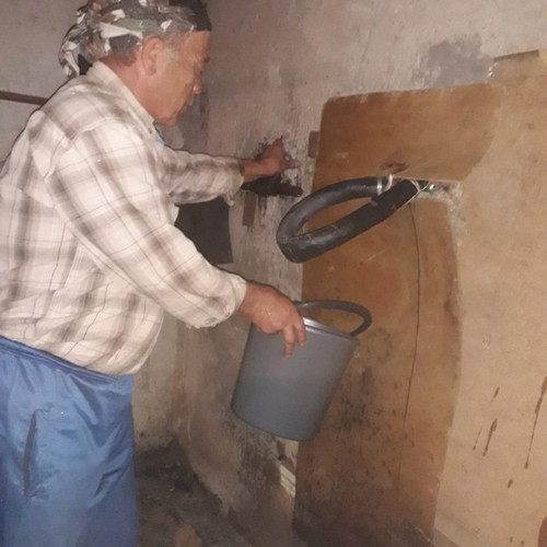 Жильцы двух домов в поселке Восток три недели набирают воду в подвале