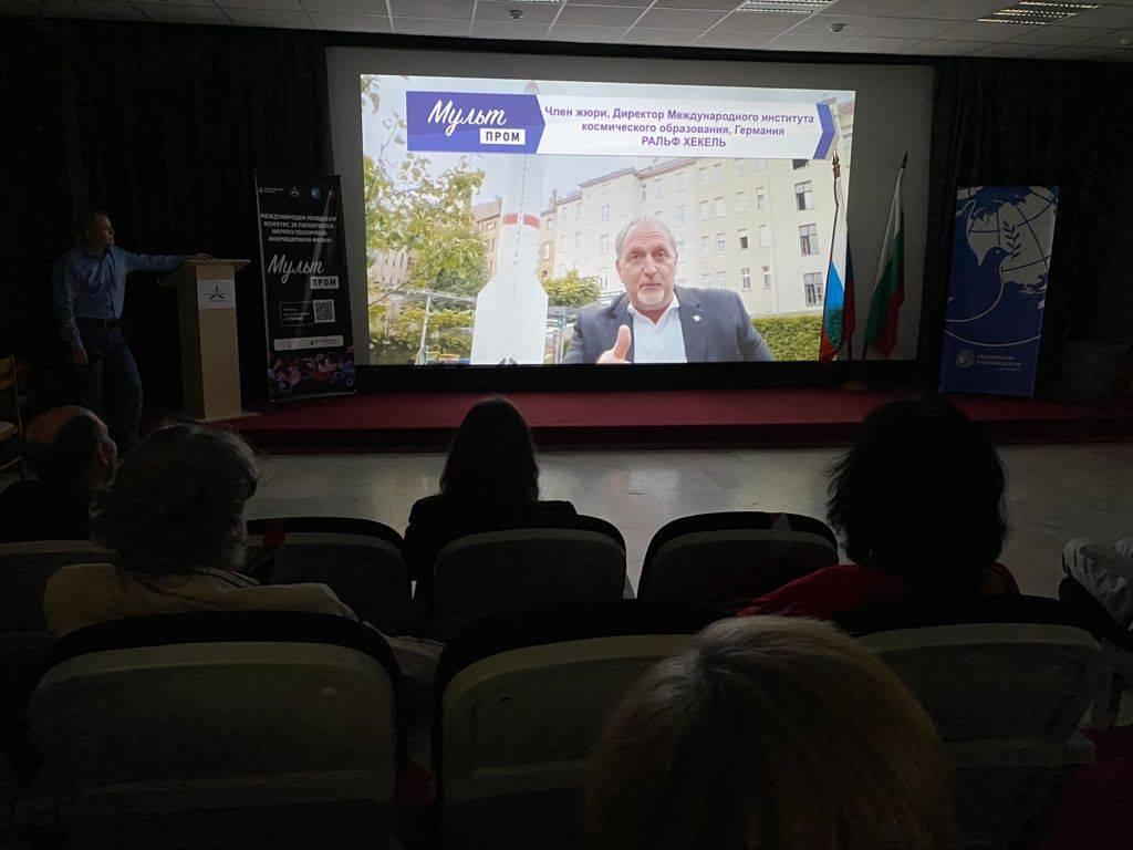 Директор Института Космического образования Ральф Хекель приветствовал участников по видеосвязи из Лейпцига