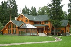Дом с баней из оцилиндрованного бревна под одной крышей