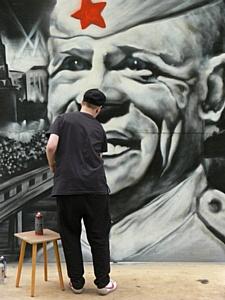 Уличные художники нарисовали Победу