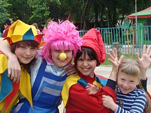 """1 июня и 22 августа 2010 года  в парках более чем 50 российских городов пройдёт благотворительная акция """"Улыбнёмся солнечному дню"""""""