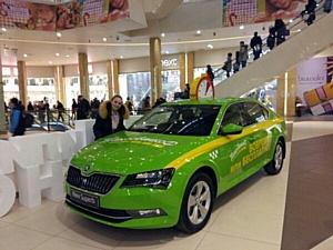 На первом этаже ТРЦ «Галерея» припарковалось такси
