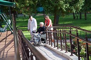 Как заставить развиваться индустрию ухода за пожилыми людьми?