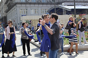 Песня Клавдии Шульженко «Синий платочек» собрала на Триумфальной площади московскую молодежь.
