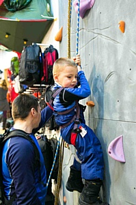 Альпинисты подарили городу скалодром