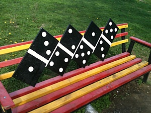 В орловских дворах появились «креативные» скамейки.