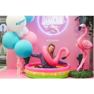 Фото с розовым фламинго под пальмой - в нижегородском ЦУМе!