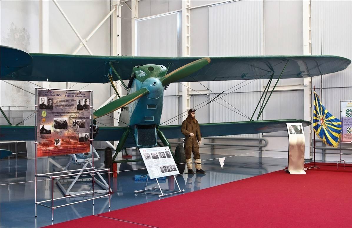 Экспонаты музея ВВС в закрытом ангаре.