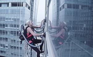 Альпинистка использовала беспроводной пылесос LG CordZero* при покорении офисного небоскреба