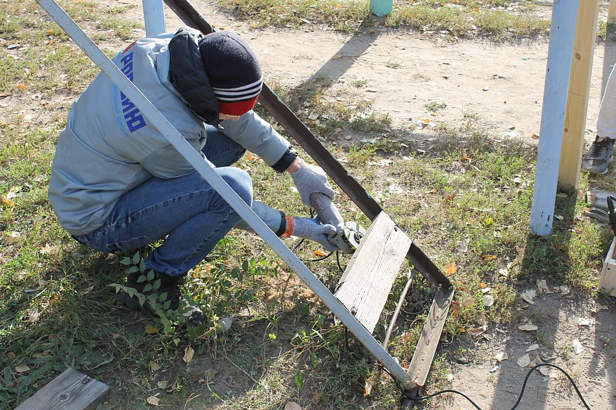Команда «Молодежки ОНФ» отремонтировала спортивную площадку в Придонском микрорайоне Воронежа