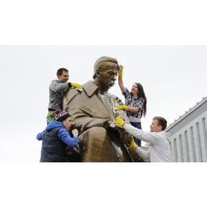 Студенты по традиции помыли памятник Александру Попову