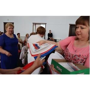Активисты ОНФ в КБР вручили триколоры и обновленную Конституцию РФ