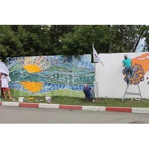 Активисты Народного фронта превратили заброшенный челябинский забор в арт-объект