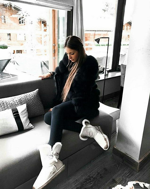 Яна Захарова рассматривает предложение швейцарского бренда одежды