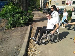 После ремонта дорог тротуары на некоторых улицах Кирова стали непроходимыми для инвалидов