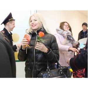 8 марта на страже  - цветочный патруль