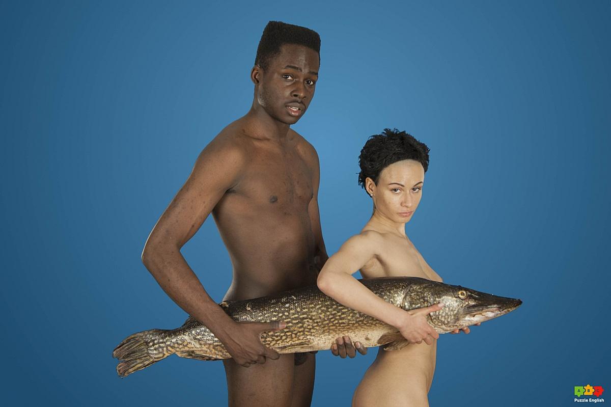 Преподаватели PuzzleEnglish взяли в руки рыб и обнажились для флэшмоба по защите животных