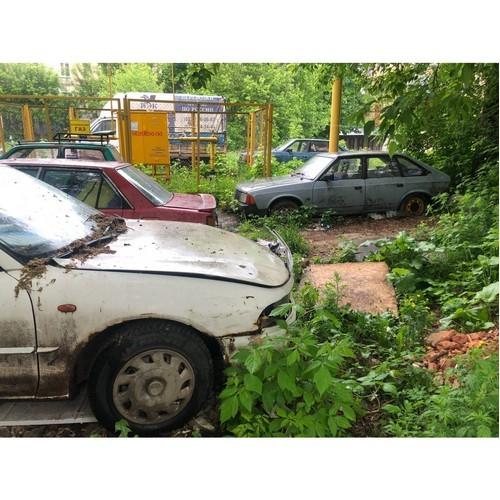 Жильцы одного из домов в Кирове устроили во дворе автосвалку