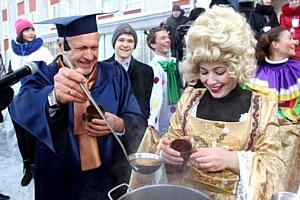 Ректор АлтГУ угостил алтайских студентов горячим сбитнем