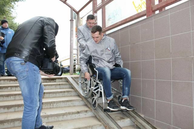 Активисты Народного фронта проверили пешеходные переходы Кирова на предмет доступности для инвалидов