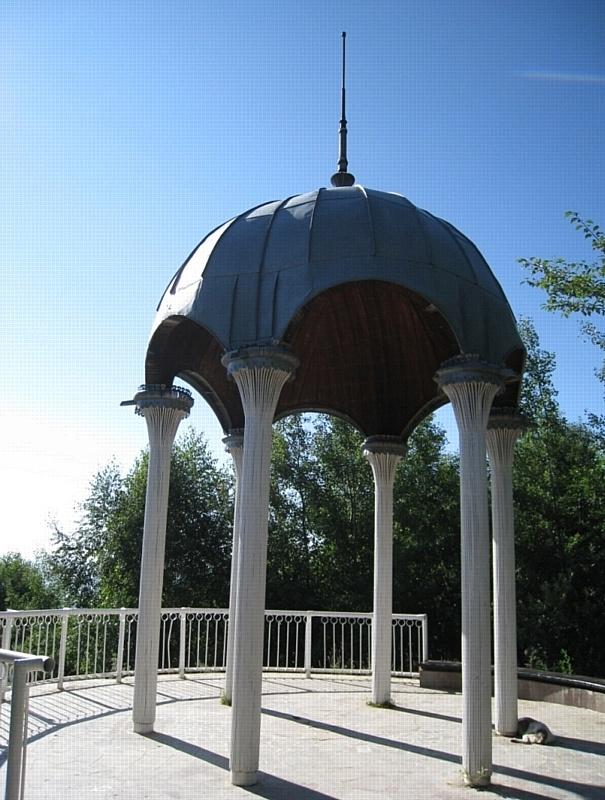 """Беседка """"Семь ветров"""" на панорамной площадке Курортного парка Кисловодска."""