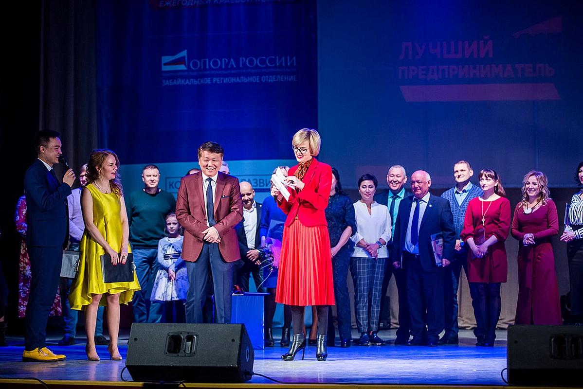 Виктория Бессонова вручила награды и спецприз победителям конкурса «Лучший предприниматель 2017»
