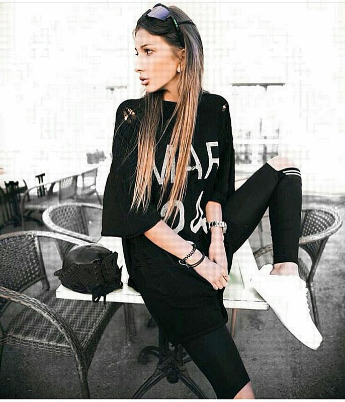 Модель и телеведущая Яна Захарова рассматривает предложение известного швейцарского бренда одежды