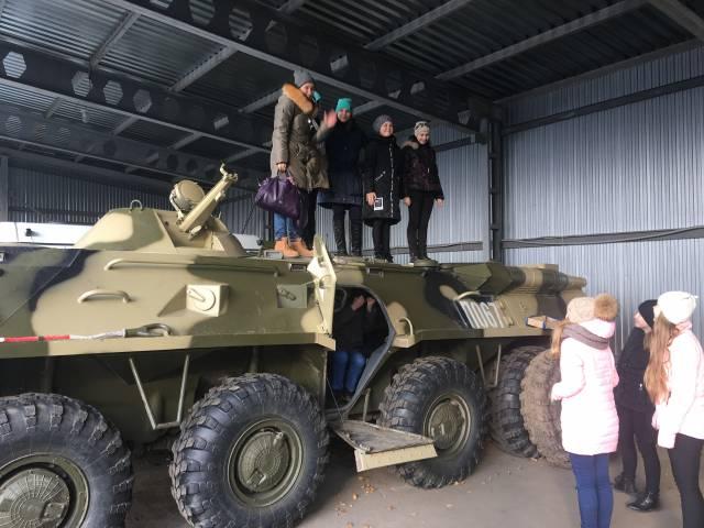 Кировская команда «Молодежки ОНФ» организовала для школьников экскурсию на базу спецназа