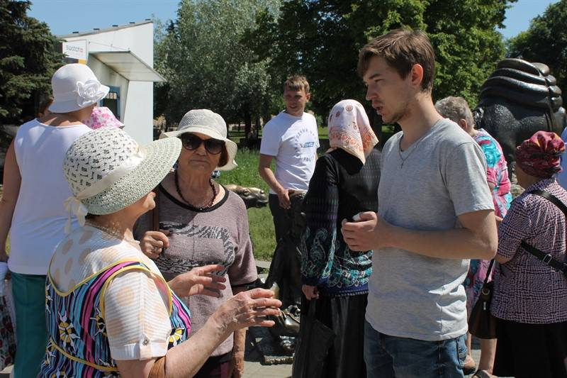 «Молодежка ОНФ» провела для пенсионеров экскурсию по пешеходной зоне улицы Кирова в Челябинске