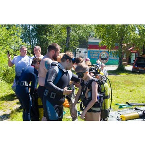 Сотрудники вуза научили воспитанников военно-патриотического детского лагеря дайвингу