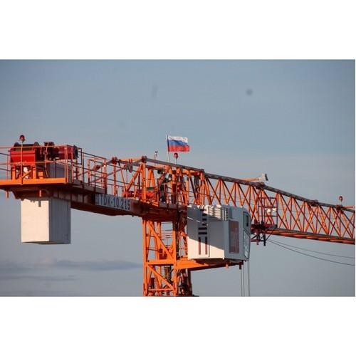 В Коми в честь Дня России триколоры появились на башенных кранах