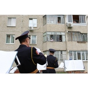 Росгвардейцы Чувашии поздравляют ветеранов ВОВ с Днем Победы