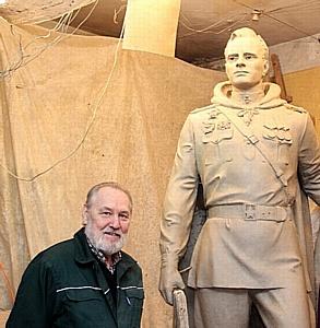 Начинается процесс формовки памятника Алексею Бересту в Ростове-на-Дону