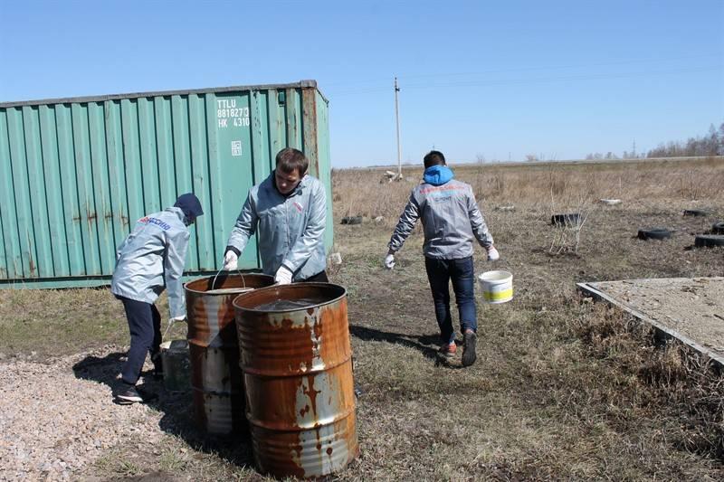 Челябинские активисты ОНФ высадили Аллею героя в микрорайоне Петроград Красноармейского района