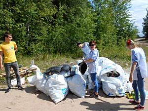 Участники акции «Нашим рекам и озерам – чистые берега» очистили от мусора берег Ладожского озера