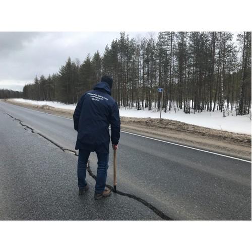 В Коми разрастается трещина на отремонтированном участке дороги