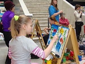 Интерактивная выставка «Краски детства»: красочное наводнение в «Ткачах»